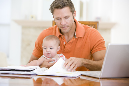 Padre e hijo en el comerdor con ordenador