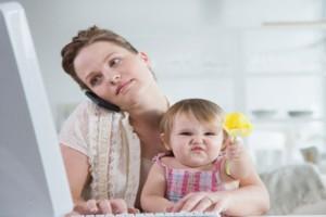 Tn-madre trabajadora e hija con flor