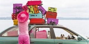 mujer-subiendo-maletas-al-auto