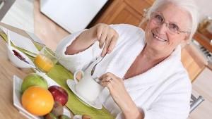 mujer comiendo sano