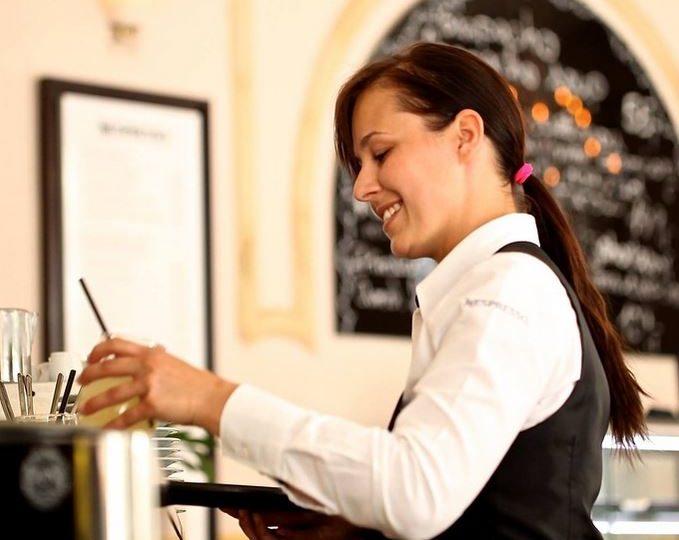 Las mujeres cobran un 20% menos que los hombres en la hostelería